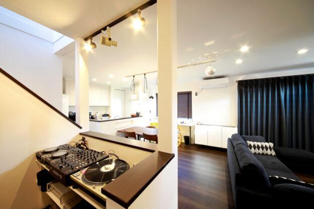 一人のときも、家族や友人と過ごすときも楽しめる、DJブースがある家。