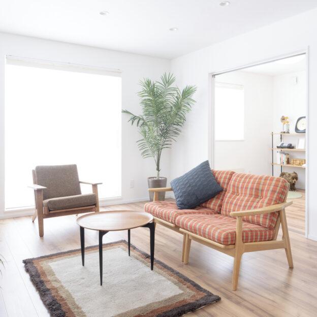 新発寒モデルハウス【標準仕様】のリビング。床はリクシルさんのラシッサDフロア(木目タイプ151)。色はライトメープルFです。インスタの撮影用にリビングの家具を変えてみました(通常のインテリアは3枚目です)。オレンジの優しいストライプが美しいMARUNI60さんのソファとHans J WagnerのシングルソファをL字に配置しました。面積はリビング&ダイニングで13.75帖。💭ちょっと狭いんじゃないかなぁ💭と思われるかもしれませんがこのサイズの家具もきちんと置けます。また、①脚のあるソファにする②軽やかな色合いのソファにすると、光の抜けと床への反射を効果的に活かして、狭さを感じさせないリビングにすることができます。MARUNI60さんもHans J Wagnerも流行にとらわれないスタンダードな美しさが魅力のソファ。新発寒モデルハウス【標準仕様】は、その名の通り標準仕様ゆえの価格の安さが魅力であることは間違いありませんが、飽きのこないシンプルな内装であるがゆえに、家具やインテリア次第で印象を変えてゆく楽しさをくれる点も魅力の一つです。これもまた、スタンダード。新発寒モデルハウス【標準仕様】をぜひ一度ご覧ください。#豊栄建設 #注文住宅 #ハウスメーカー #家づくり #自由設計 #マイホーム #マイホーム計画 #マイホーム計画中 #マイホーム計画中の人と繋がりたい #新築 #新築一戸建て #新築住宅 #新築マイホーム #新築注文住宅 #デザイン住宅 #北海道 #札幌 #札幌新築 #マルニ60 #松徳硝子 #うすはり #北欧ヴィンテージ #LIXIL #ラシッサDフロア